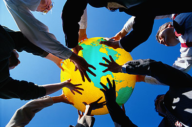 Internationale Fachkräfte Menschen halten Globus in die Luft