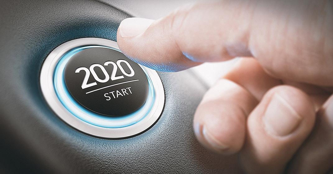Finger betätigt Taste mit der Aufschrift 2020 Start.