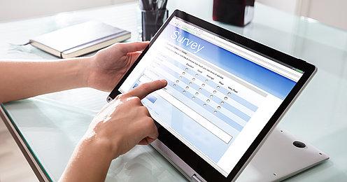 OnlineUmfrage auf dem Tablet beantworten